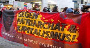 """Demoteilnehmer tragen ein Transparent mit Aufschrift """"Gegen Patriachat & Kapitalismus"""""""