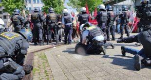 Polizisten greifen die Engels Demonstration an